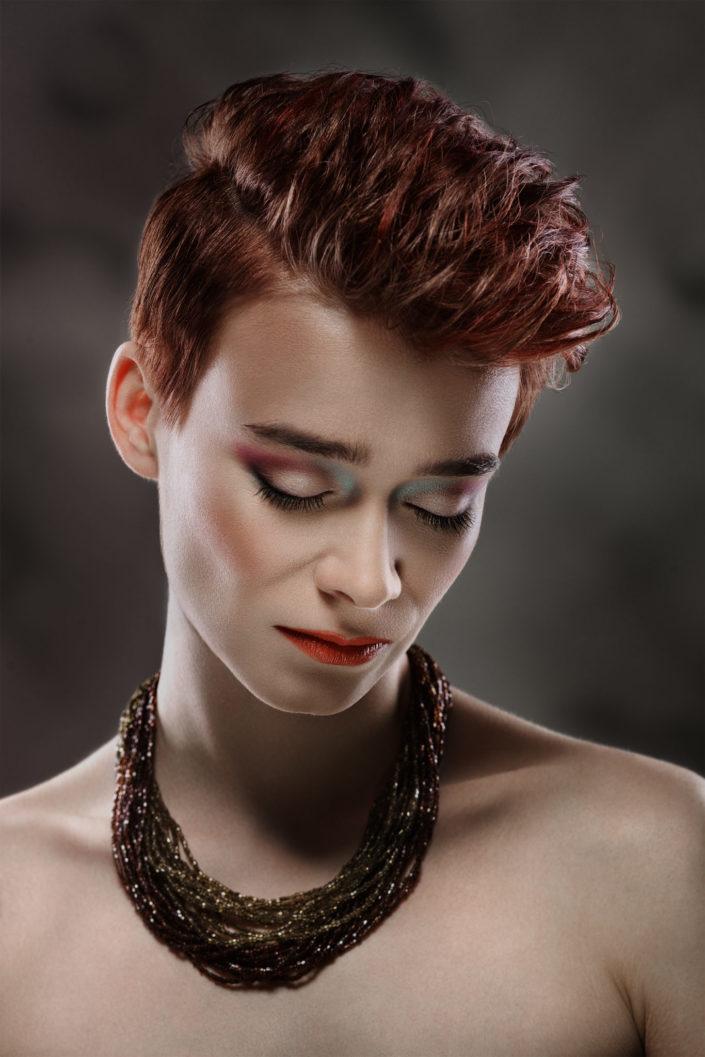 Zdjęcie portretowe kobiety z zakresu fashion.